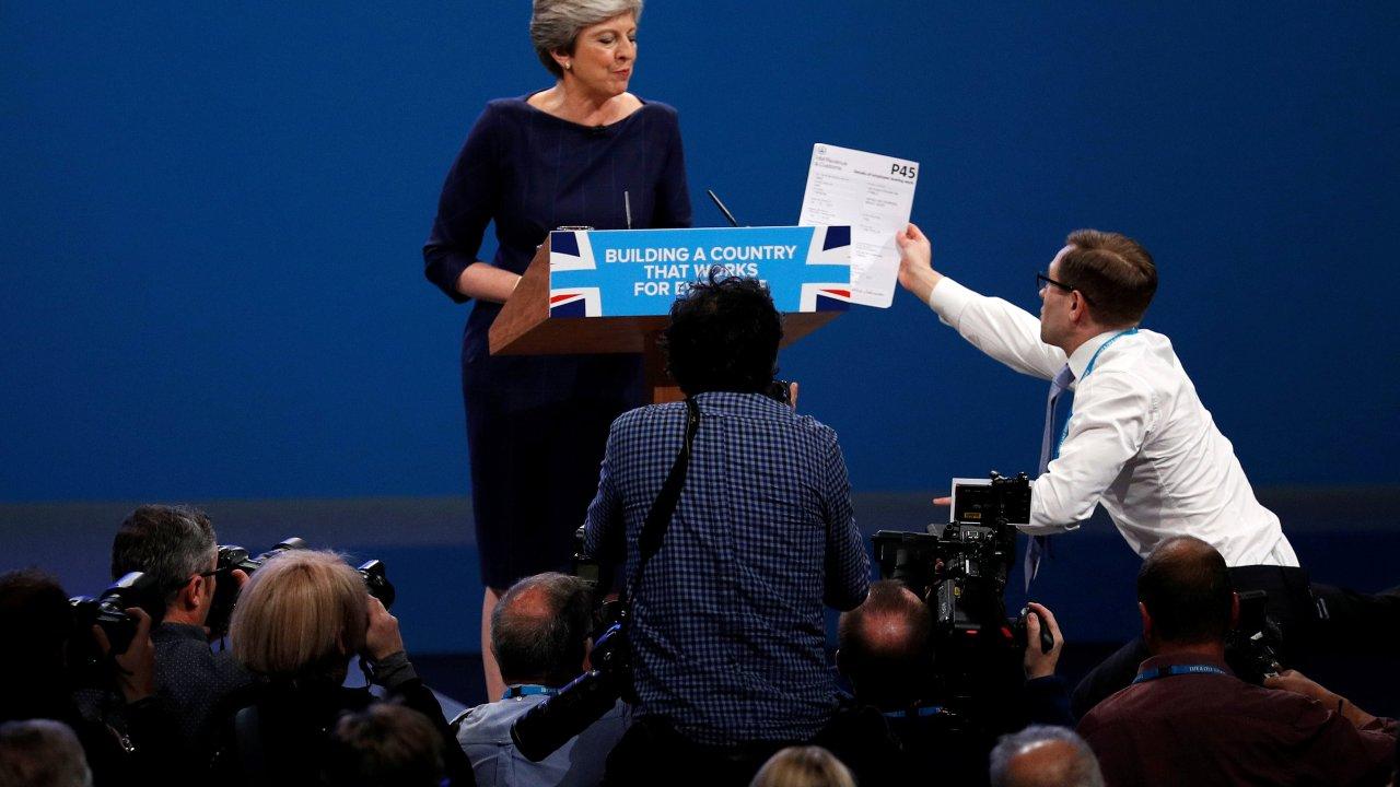 Bromista irrumpe durante discurso y despide Theresa May