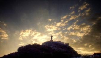 imagen de cristo rey se eleva sobre el cerro