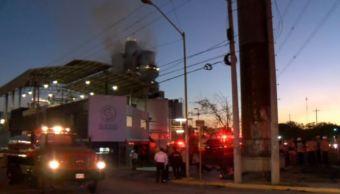 Desalojan a 150 trabajadores por incendio en fábrica