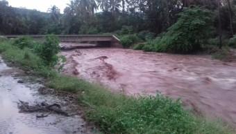 Lluvias provocan desbordamiento de río en La Huacana, Michoacán
