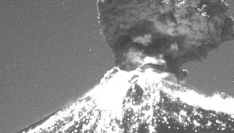 Explosión del volcán Popocatépetl con material incandescente