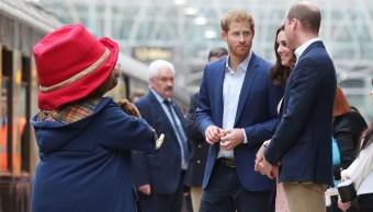 El oso Paddington con los duques de Cambridge y el príncipe Enrique