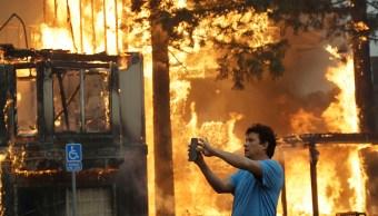 Devastadores incendios dejan muerto y dos heridos California