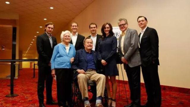 Actriz acusa al expresidente Bush padre de acoso sexual