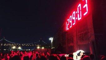 Instalan reloj digital con la cuenta regresiva de los días y horas en la Presidencia de Trump