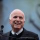 John McCain fue condecorado por sus años de servicio