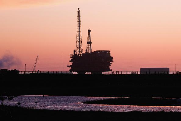 Los precios del petróleo suben por la baja en Estados Unidos