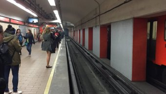 Zapatas pegadas generan humareda Metro Auditorio
