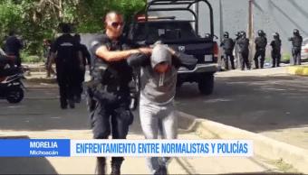 Normalistas se enfrentan con policías en Morelia