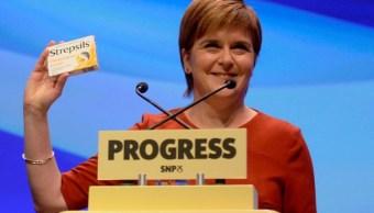 Primera ministra escocesa se burla de ataque de tos de Theresa May