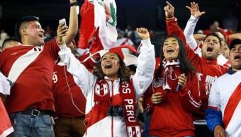 Presidente de Perú decreta media día feriado para alentar a selección