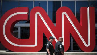 Policías caminan frente al edificio de CNN, en Atlanta