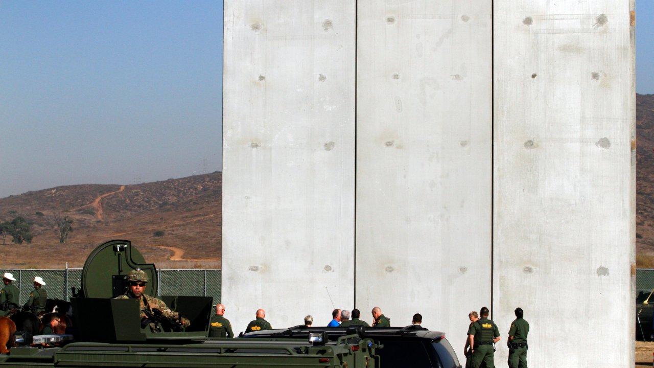 presentan prototipos muro que pretende construir trump