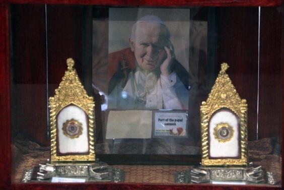 Roban reliquias con la sangre del papa Juan Pablo II en Italia