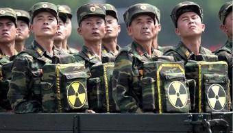 Soldados norcoreanos portan un emblema de radiactividad