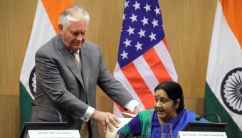 Tillerson acomoda la silla a la canciller india, Sushma Swaraj.