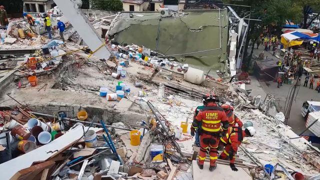 trabajos en los escombros en la ciudad de méxico