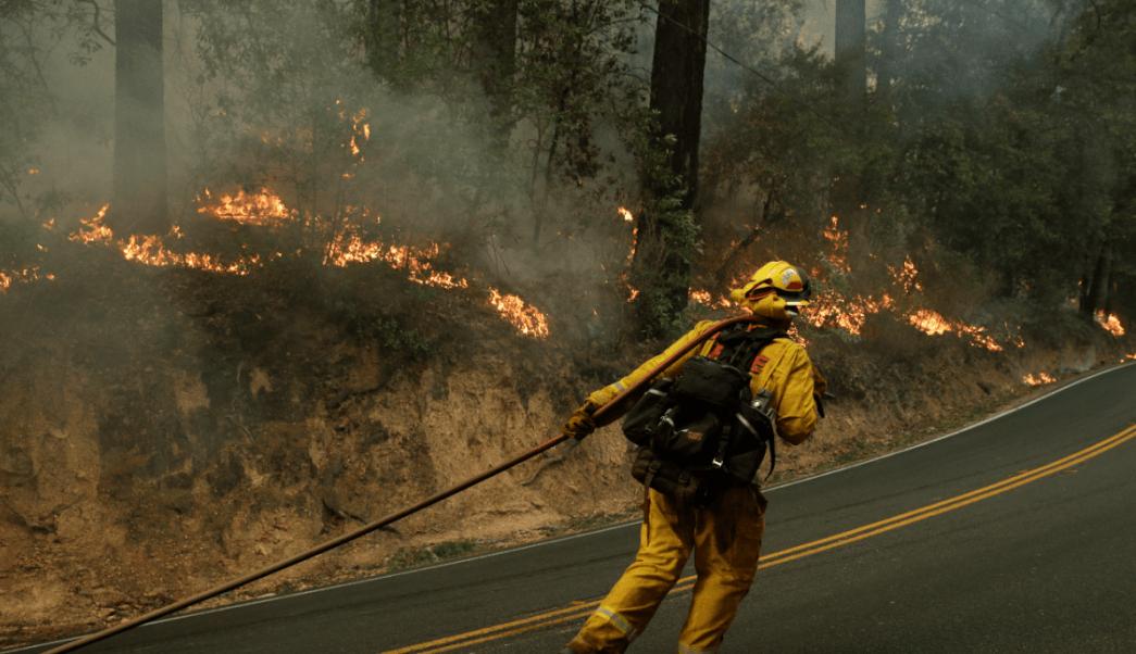 Un bombero lucha contra el fuego en California