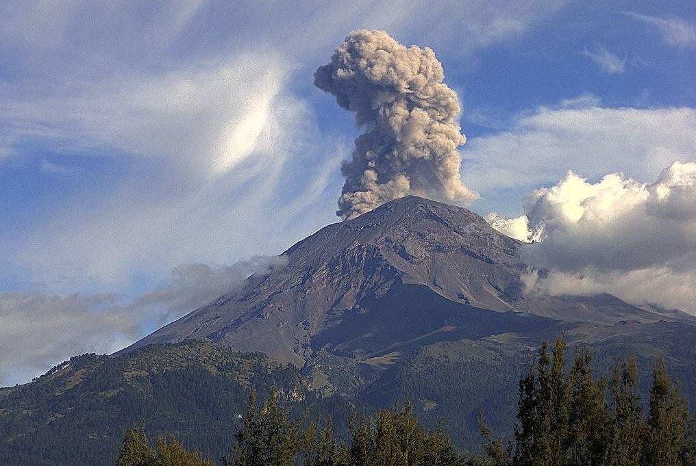 volcan popocatepel emite exhalaciones y cantidades de ceniza