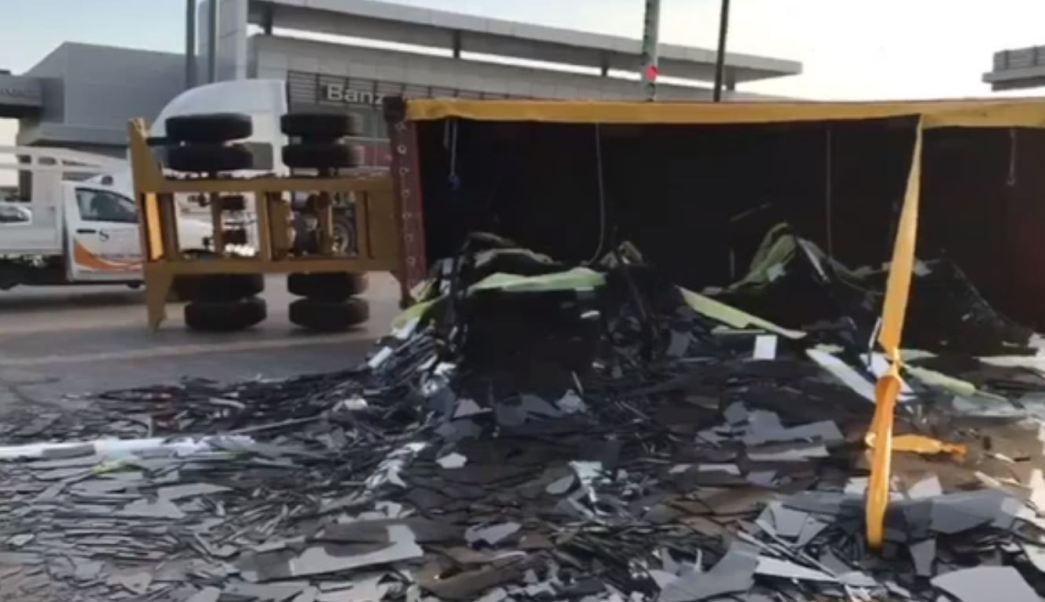 Vuelca tráiler que transportaba vidrio en la Autopista Veracruz-Xalapa