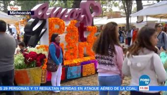 Visitantes de Pátzcuaro disfrutan ofrendas y altares del Día de Muertos