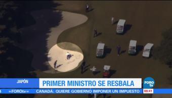 Primer ministro de Japón se resbala en campo de golf