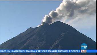 El volcán Popocatépetl emite gran fumarola con cenizas