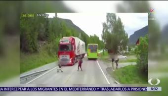 Niño se salva de ser atropellado en Noruega