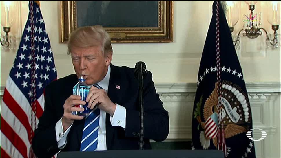 Trump bebe agua y causa polémica