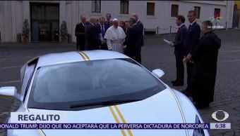 El papa Francisco recibe Lamborghini edición especial de regalo