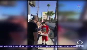 Policías de Los Angeles regalan pavo a migrantes que vendían dulces