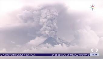 Volcán Agung de Indonesia hace erupción y arroja lava