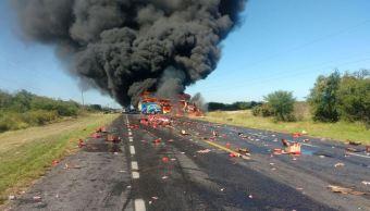 Una pipa y un autobús chocan en Ciudad Victoria, Tamaulipas, a la altura de la región de Oyama; hay dos personas muertas . (Twitter/@PoliciaFedMx)