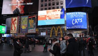 Anuncio en Times Square contra Trump. (@Notimex)