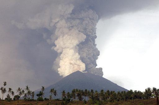 ordenan desalojo habitantes volcan agung bali