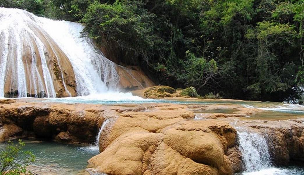 Baja fluido en cascadas de Agua Azul en Chiapas