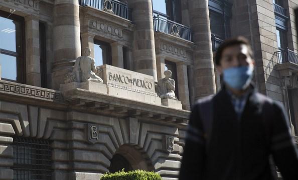 Banco de México subasta 500 mdd para frenar caída del peso