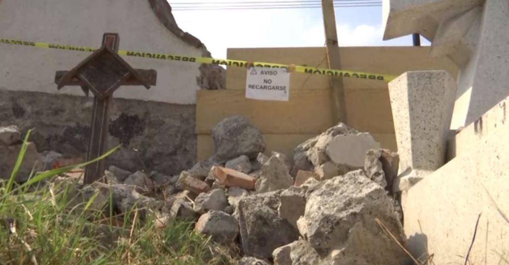 Barda perimetral y tumbas del panteón de Mixquic, dañadas tras sismo 19S