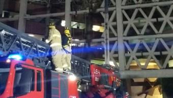 bomberos rescatan tres trabajadores colgados andamio uam