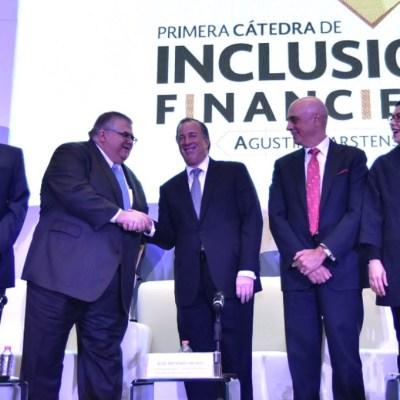 México enfrenta desafíos para aumentar la inclusión financiera, advierte Carstens