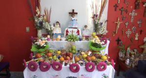 Cronista y habitante de Mixquic pone en su vivienda la ofrenda tradicional entre su familia