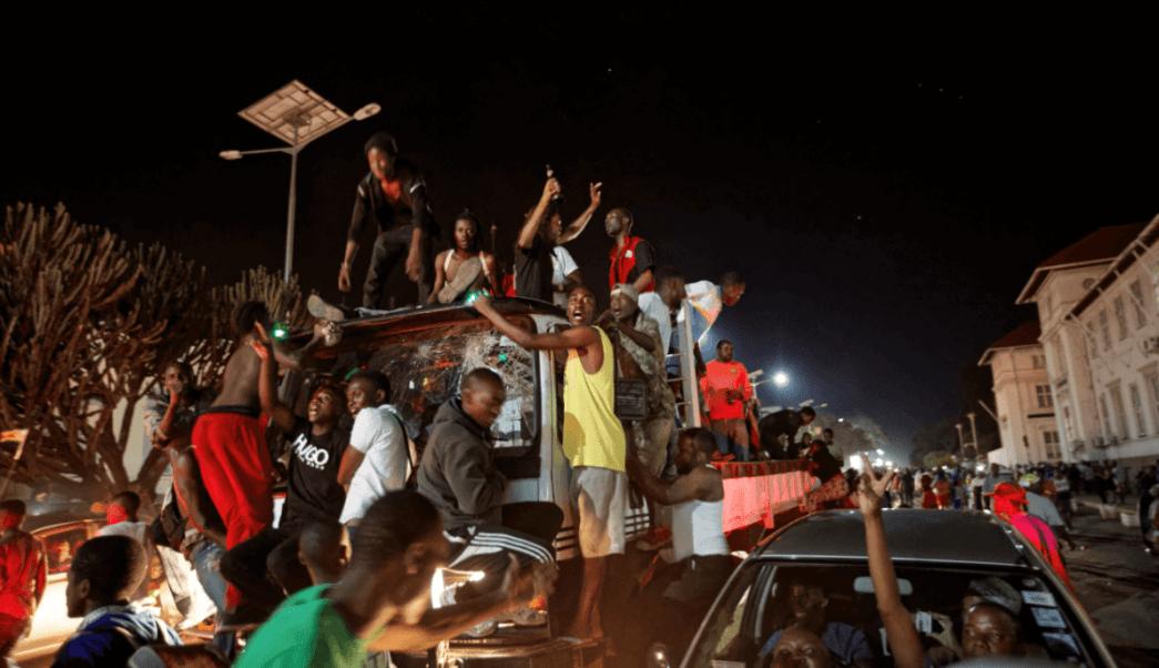 Decenas de personas celebran la renuncia de Mugabe. (AP)