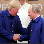 Donald Trump y Vladimir Putin durante un encuentro informal en Vietnam