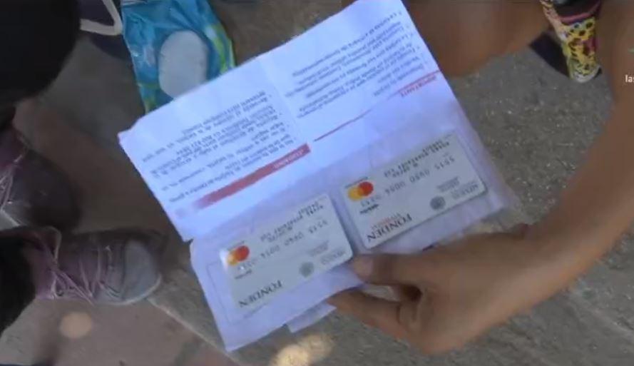 Los damnificados del sismo recibieron tarjetas con apoyos para la reconstrucción de sus viviendas. (Noticieros Televisa)
