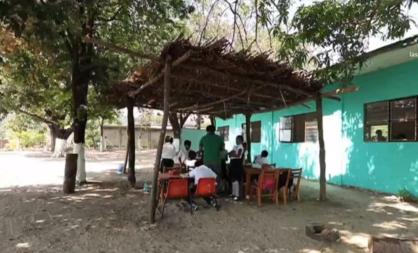 niños que toman clase tres horas y diario, a las 10 y media de la mañana, hacen un simulacro. (Noticieros Televisa)