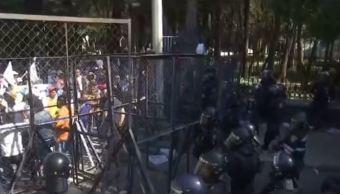 Manifestantes y granaderos en Calzada Chivatito