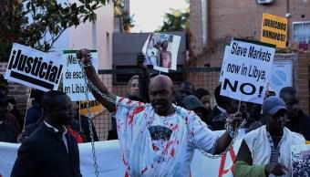 Evacuan migrantes víctimas trata personas Libia
