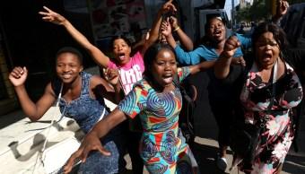 Zimbabue busca transición política tras la salida del presidente más longevo