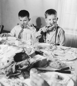 Niños en cena de Acción de Gracias en los 50