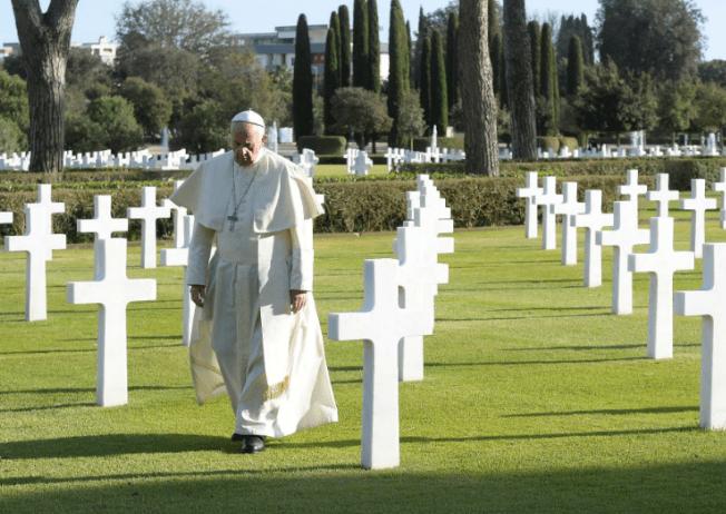 El papa Francisco visita panteón de Roma en Día de Muertos